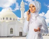 Mujer musulmán en el fondo de la mezquita Imágenes de archivo libres de regalías