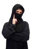 Mujer musulmán en hijab sobre el fondo blanco Imagen de archivo