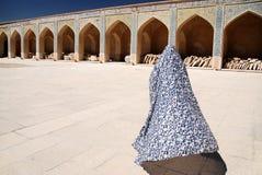 Mujer musulmán en un chador colorido que va a una mezquita fotos de archivo