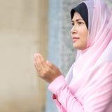 mujer musulmán feliz con el hijab completo en vestido rosado Imagenes de archivo
