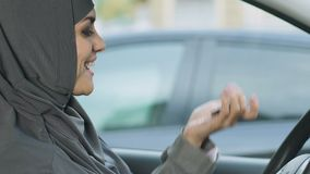 Mujer musulmán feliz que lleva a cabo las llaves, las derechas de conductores femeninos en el Islam, compra del coche almacen de metraje de vídeo