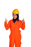Mujer musulmán hermosa con el casco de seguridad Imagenes de archivo