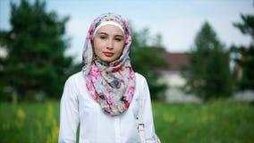 Mujer musulmán hermosa joven al aire libre almacen de metraje de vídeo