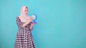 Mujer musulmán hermosa joven con la mirada del modelo del globo almacen de metraje de vídeo