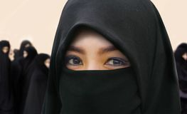 Mujer musulmán hermosa y feliz joven en vestido tradicional del burqa del Islam con sorprender los ojos expresivos que miran la c fotografía de archivo libre de regalías