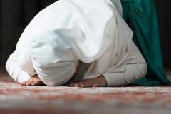 Mujer musulmán humilde del rezo Fotos de archivo