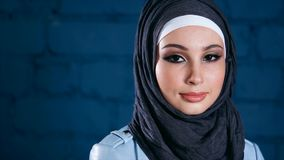 Mujer musulmán joven en hijab negro Retrato interior almacen de metraje de vídeo