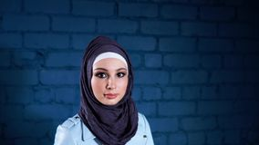 Mujer musulmán joven en hijab negro Retrato interior almacen de video