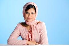 Mujer musulmán joven en la bufanda principal Imagenes de archivo