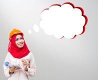 Mujer musulmán joven que lleva un casco protector foto de archivo libre de regalías