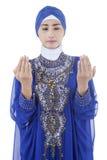Mujer musulmán joven que ruega Imagen de archivo libre de regalías