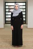 Mujer musulmán joven que ruega en mezquita Fotografía de archivo libre de regalías