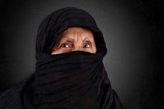 Mujer musulmán mayor con el hijab negro Imagenes de archivo