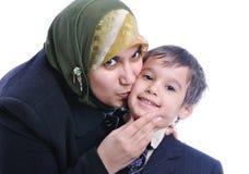 Mujer musulmán que besa al hijo Foto de archivo
