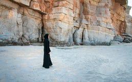 Mujer musulmán que camina en la playa fotografía de archivo