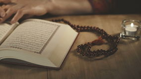 Mujer musulmán que lee el Corán en mezquita almacen de video