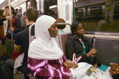Mujer musulmán que monta el tren del metro, París, Francia Fotografía de archivo
