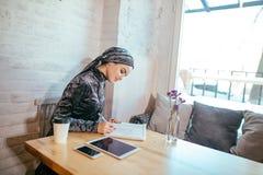 Mujer musulmán que trabaja en café Fotografía de archivo libre de regalías