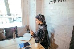 Mujer musulmán que trabaja en café fotos de archivo libres de regalías