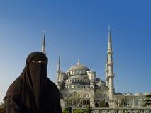 Mujer musulmán y mezquita azul fotografía de archivo