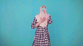Mujer musulm?n hermosa joven en m?scara m?dica que tose, espasmo metrajes