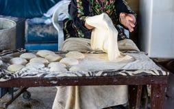 Mujer musulm?n que hace la comida foto de archivo