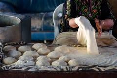 Mujer musulm?n que hace la comida fotografía de archivo libre de regalías
