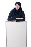 Mujer musulmán con el tablero en blanco Foto de archivo libre de regalías