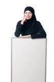 Mujer musulmán con el tablero en blanco Fotografía de archivo libre de regalías