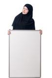 Mujer musulmán con el tablero en blanco Imagen de archivo libre de regalías