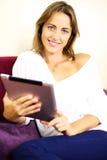 Mujer muy feliz con la tablilla Fotografía de archivo
