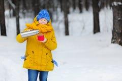 Mujer muy feliz de la belleza que toma el sol en el invierno una bebida caliente Imagen de archivo