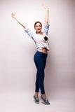 Mujer muy feliz que aumenta sus brazos y que celebra Foto de archivo libre de regalías