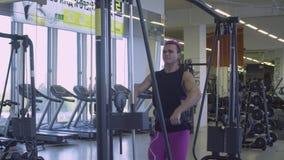 Mujer muy fuerte que hace ejercicios de la mano almacen de metraje de vídeo