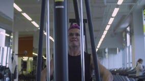 Mujer muy fuerte que hace ejercicios de la mano metrajes