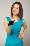 Mujer muy hermosa de los ojos azules que da smartphone Fotografía de archivo