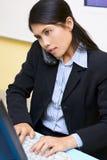 Mujer muy ocupada en el teléfono Imagen de archivo libre de regalías