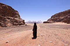 Mujer nómada con burka en ron del lecho de un río seco Fotos de archivo libres de regalías