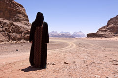 Mujer nómada con burka en ron del lecho de un río seco Imágenes de archivo libres de regalías