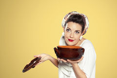 Mujer nacional retra que prepara la sopa Foto de archivo libre de regalías
