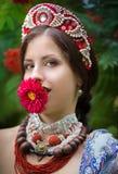 Mujer nacional rusa étnica del traje con una flor en el ³ Ð?Ñ€ del ‰ Ð de ÑŒÑ fotografía de archivo