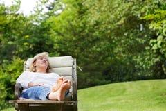 Mujer napping afuera Fotos de archivo libres de regalías