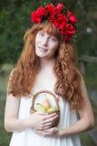 Mujer natural que sostiene una cesta de fruta fotos de archivo libres de regalías