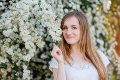 Mujer naturalmente hermosa de los jóvenes cerca del árbol floreciente en tiempo de primavera Fotografía de archivo