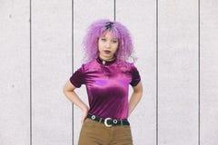Mujer negra étnica fresca con ropa de moda colorida Imagenes de archivo