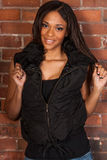 Mujer negra afroamericana atractiva hermosa que lleva negro casual Imagenes de archivo