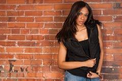 Mujer negra afroamericana atractiva hermosa que lleva negro casual Foto de archivo libre de regalías