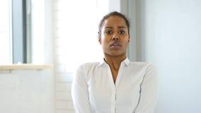 Mujer negra asustada confusa