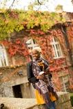 Mujer negra bastante joven con el teléfono móvil y el café Fotografía de archivo