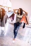 Mujer negra casual con los panieres Fotografía de archivo libre de regalías